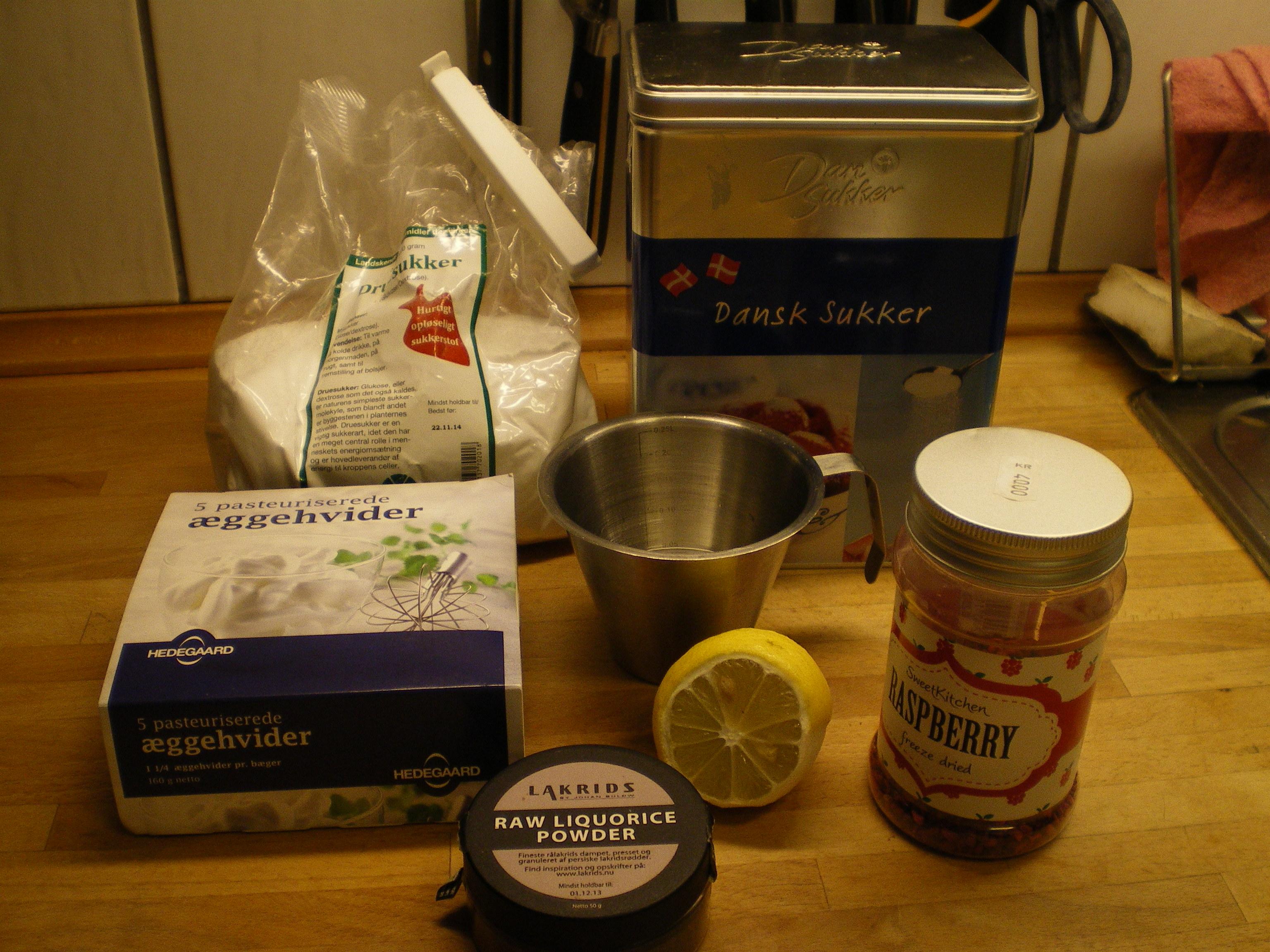 Hjemmelavede flødeboller: lakrids med hvid chokolade og hindbær/lime med mørk chokolade