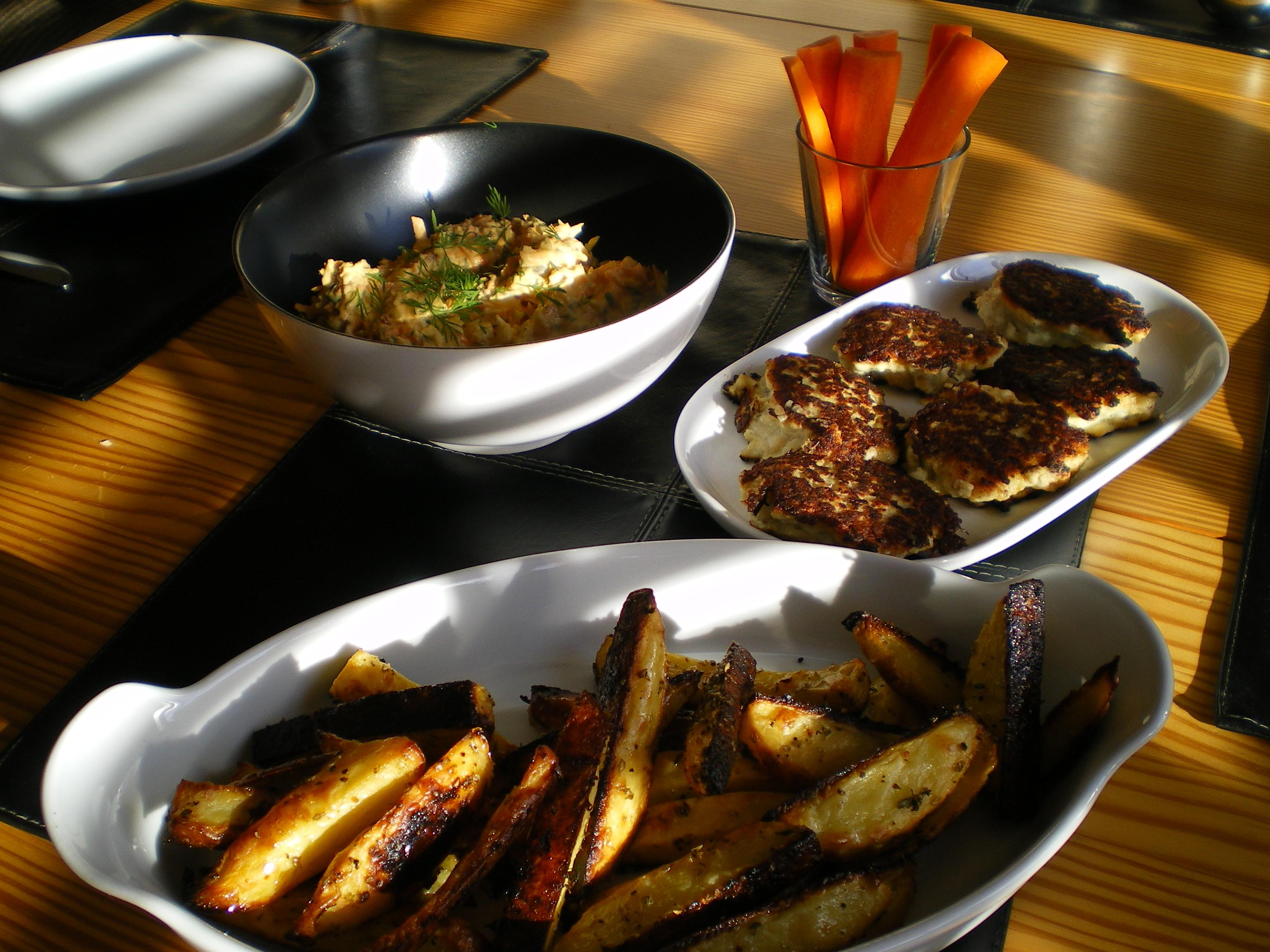 Fiskefrikadeller med ovnkartofler og sprød krydderurteremoulade