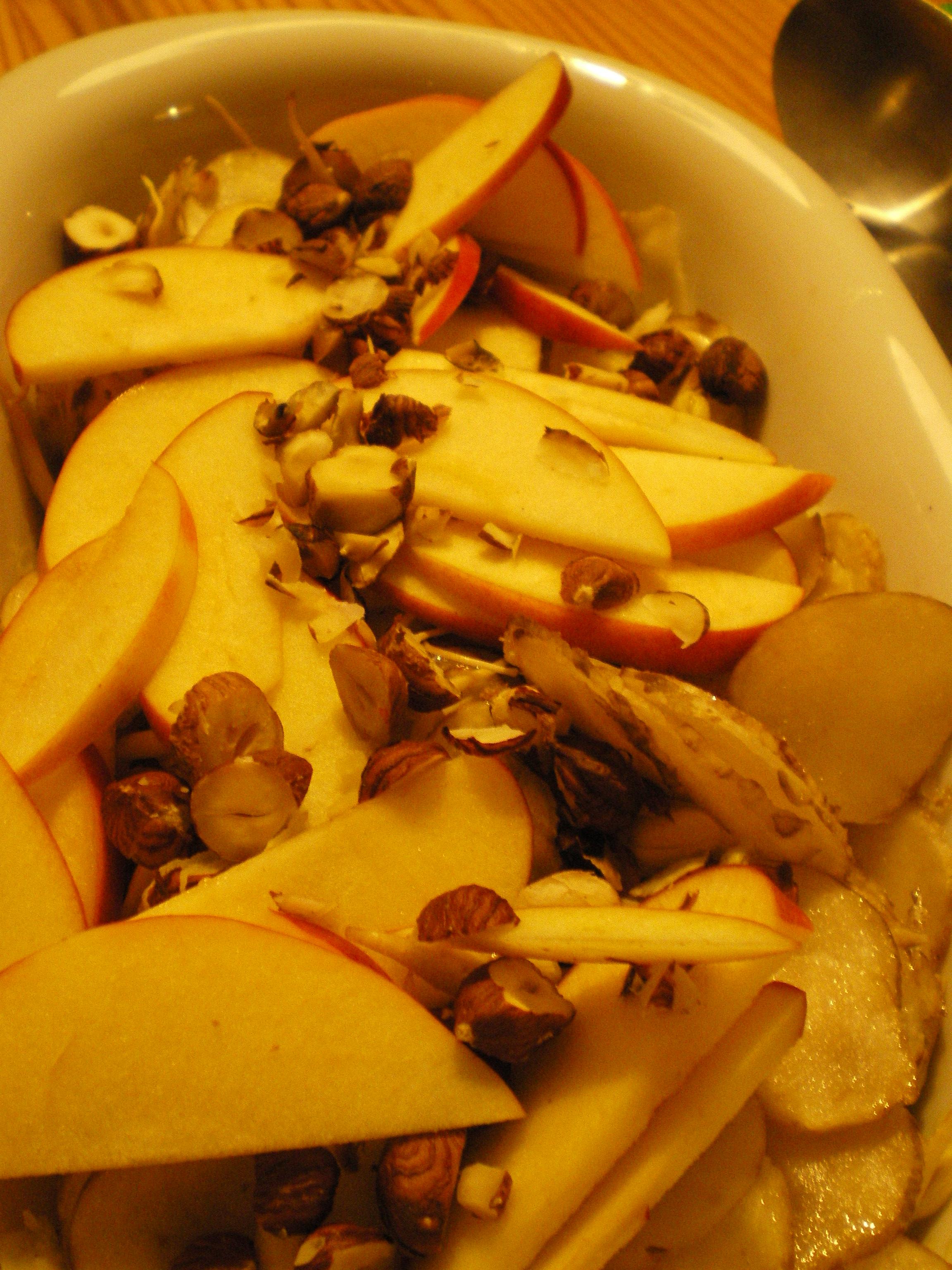 Jordskoksalat med æble og hasselnødder