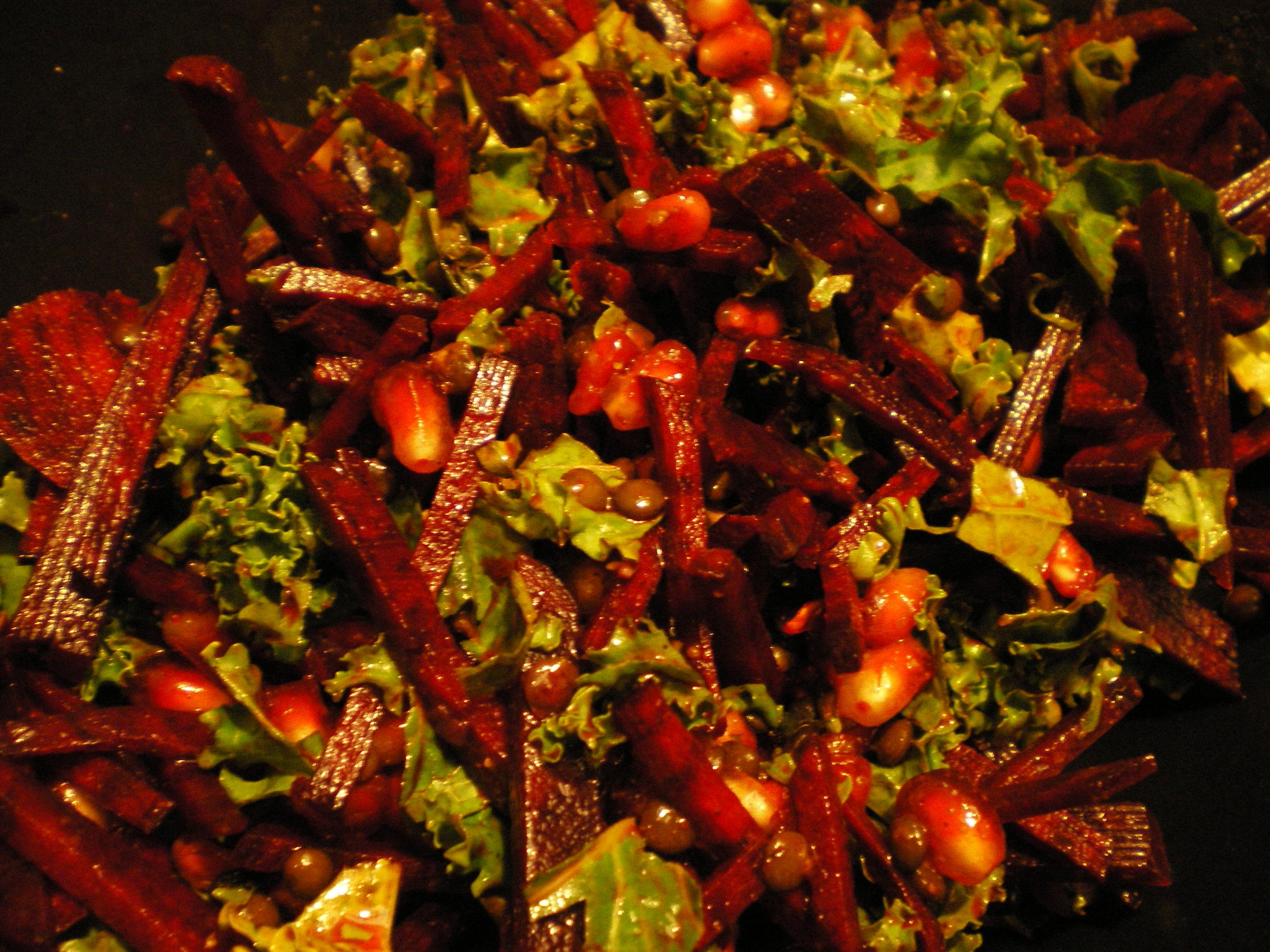 Salat af grønkål, rødbede, granatæble og linser