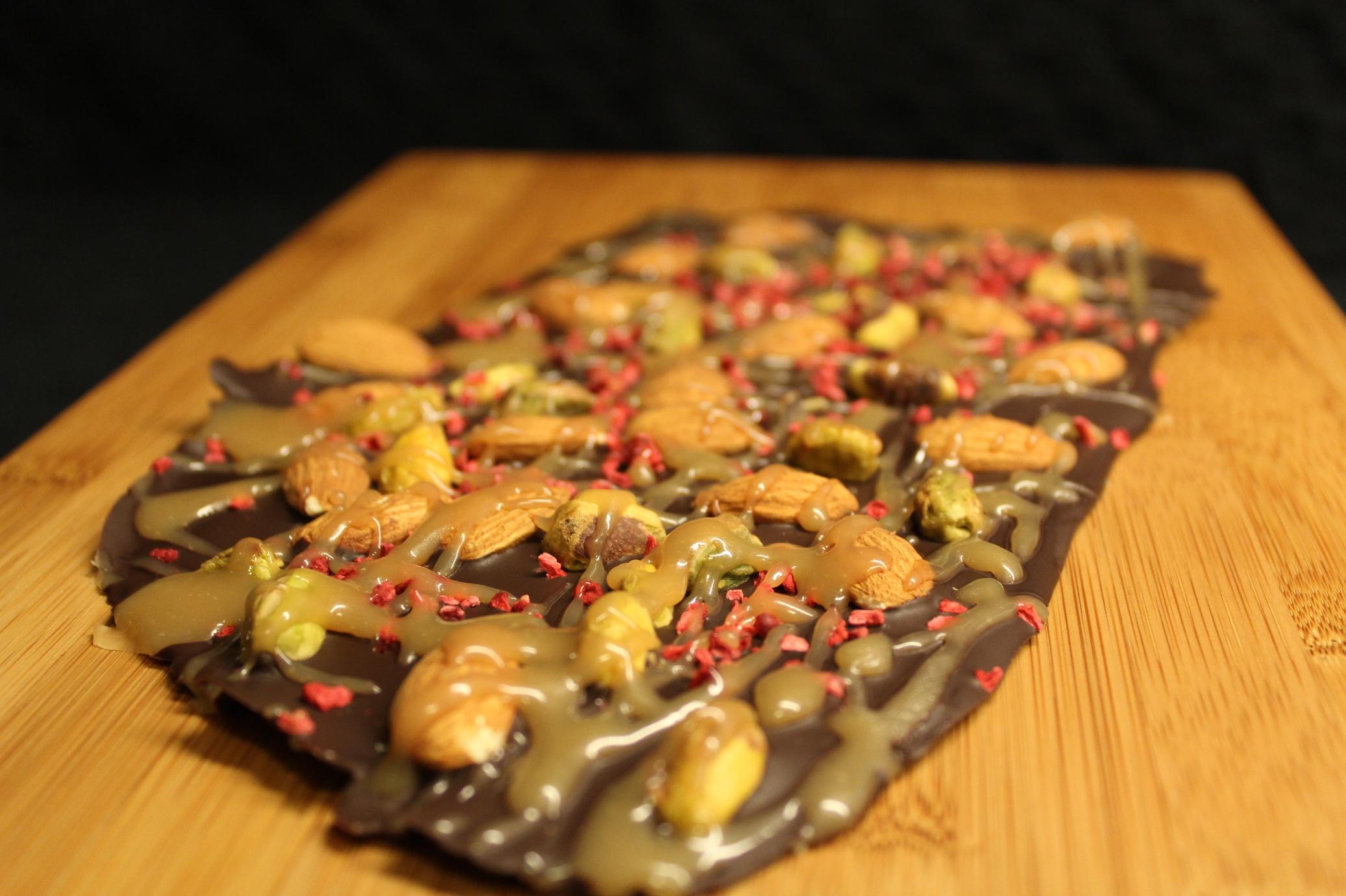 Chokoladebark med nødder, hindbær og karamelswirl