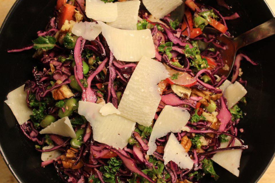Rødkålssalat med pestodressing, pecannødder og parmesan