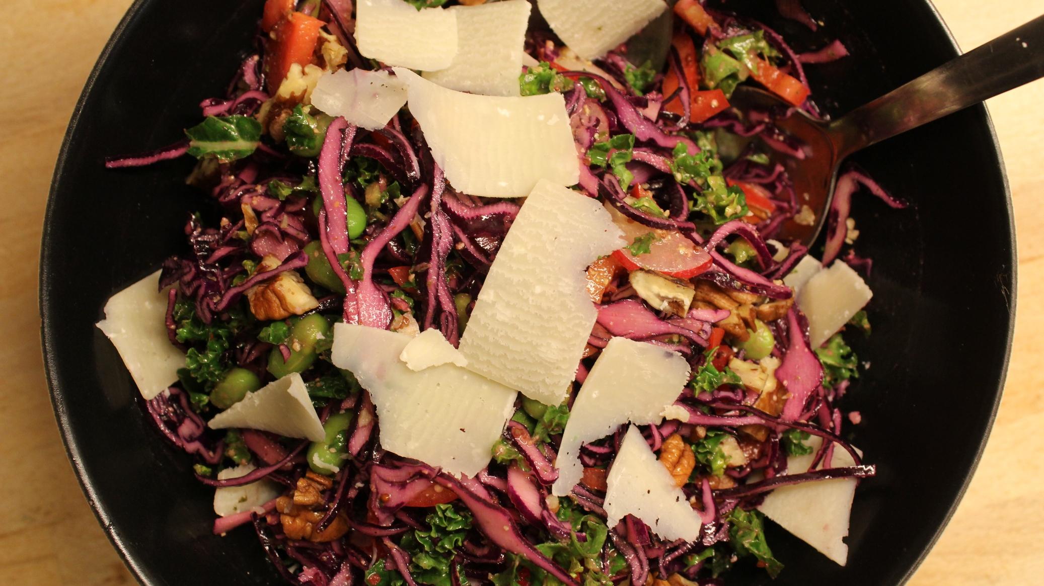 Rødkålssalat med pestodressing, peberfrugt og parmesan