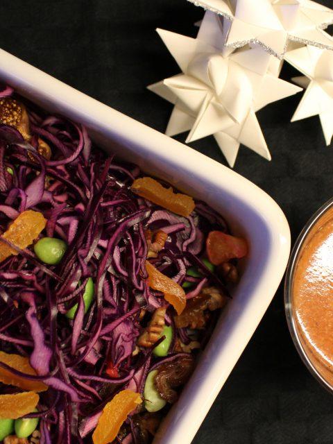 Julet rødkålssalat med hvid gløgg-dressing og edamamebønner