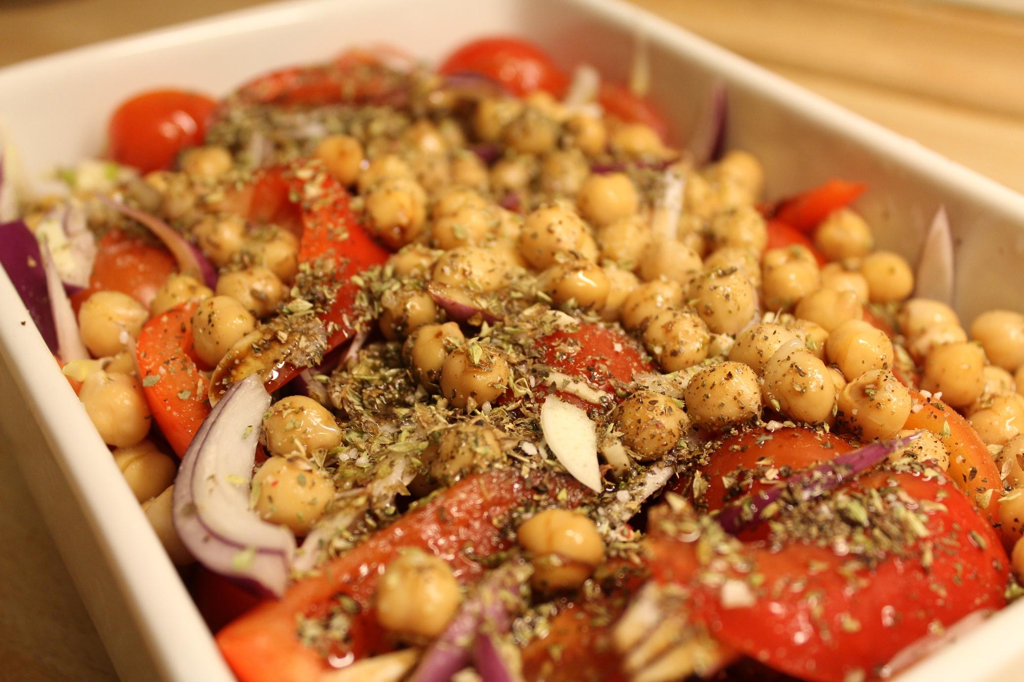 Bagte tomater med kikærter linser, feta og pesto