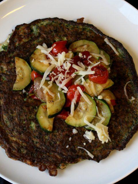 Grøn omelet med emmentaler og marineret peberfrugt