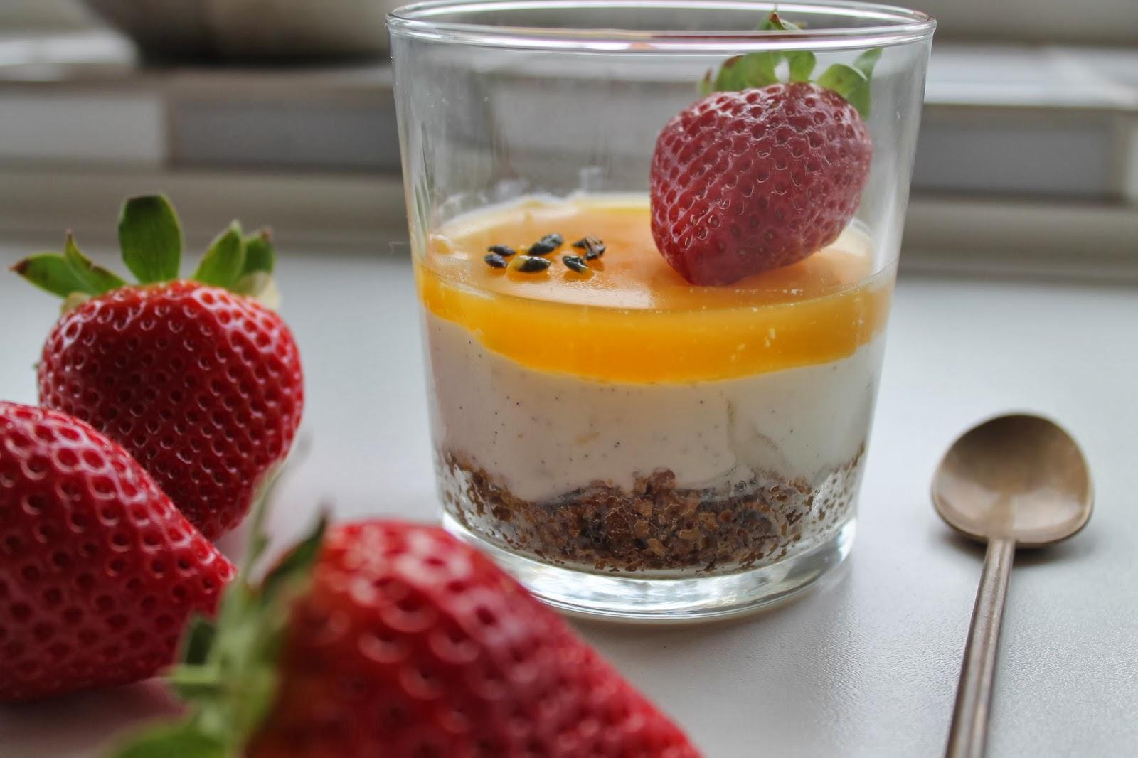 Cheesecake i glas med vanilje, citron, hyldeblomst og passion