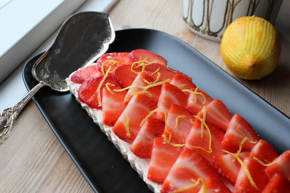 Hyldeblomstcheesecake med havtorn citron og jordbær