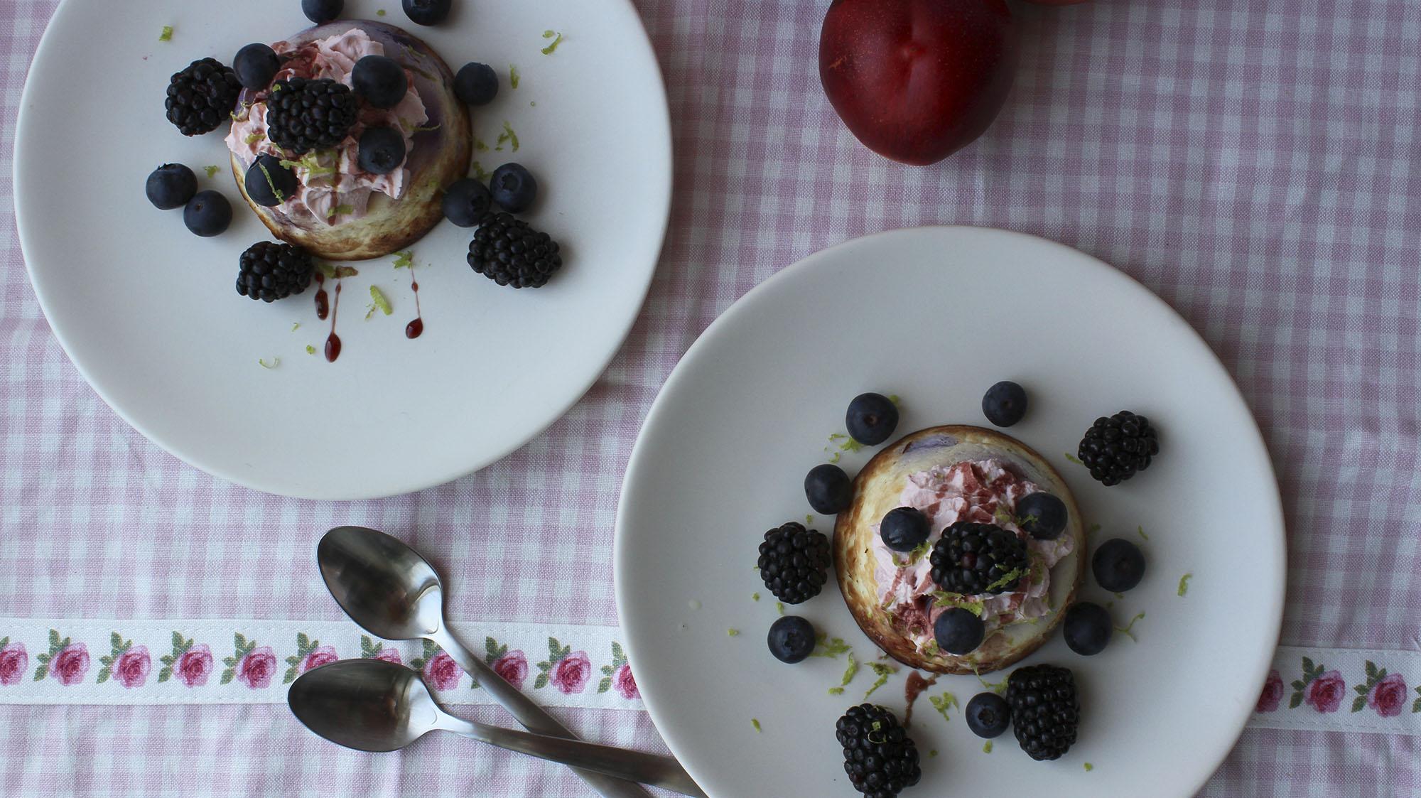 Bagt ricotta med lime og bær