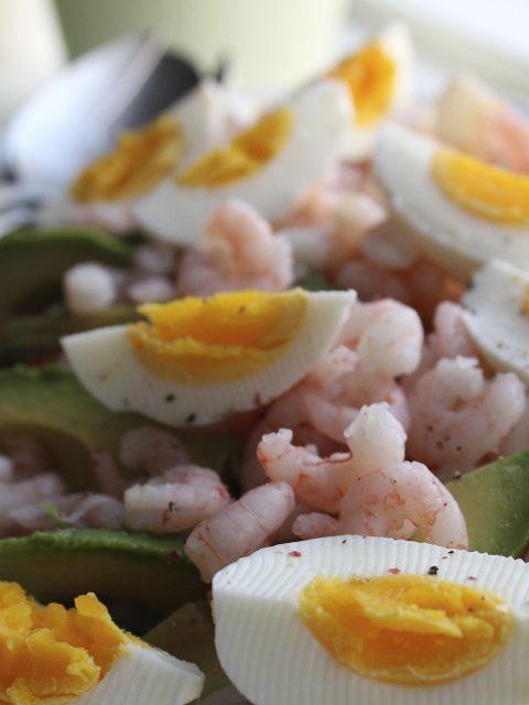 Salat med spidskål rejer æg og avocado