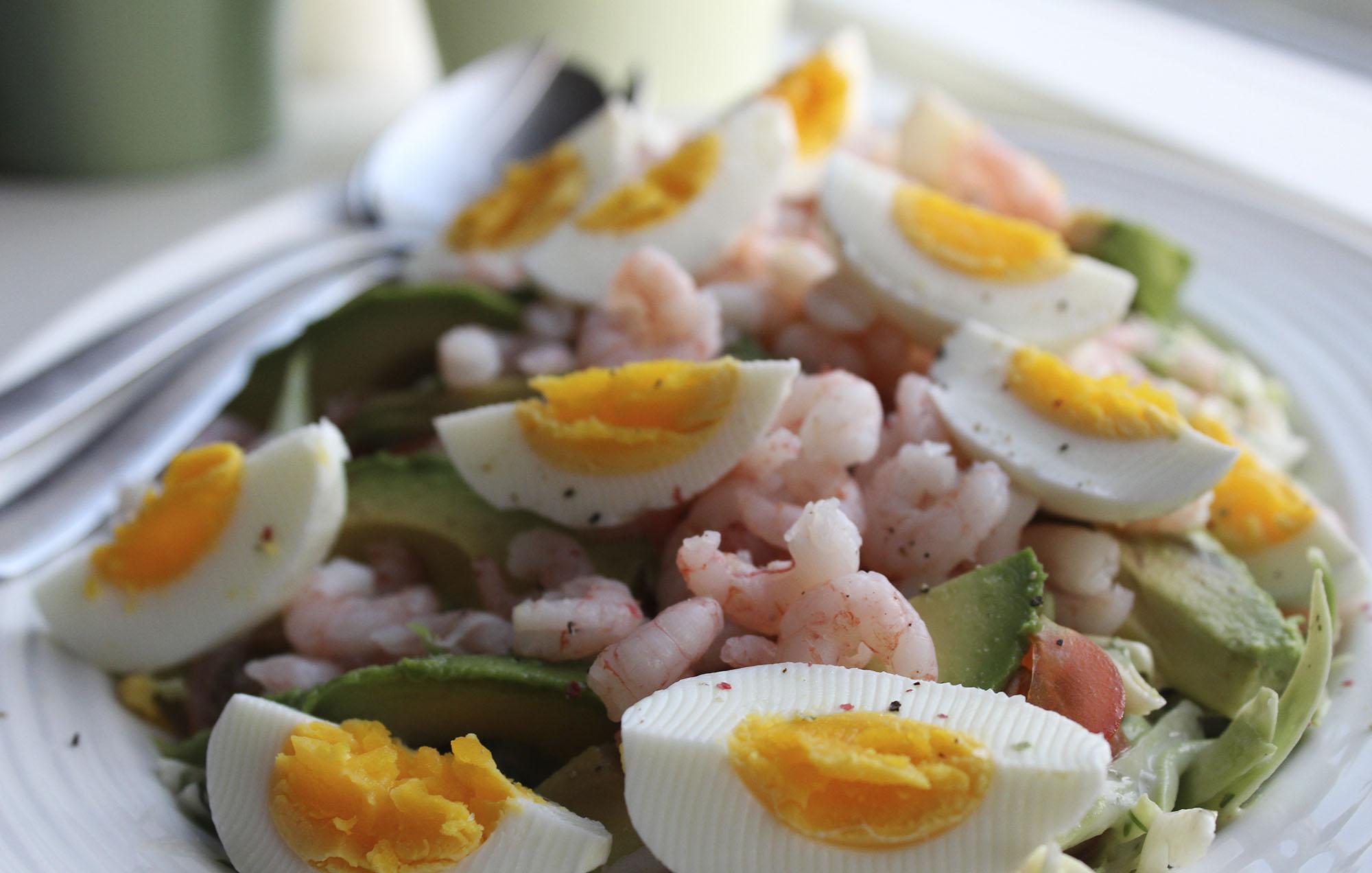 Salat Med Spidskål Rejer æg Og Avocado Fru Kofoeds Køkken