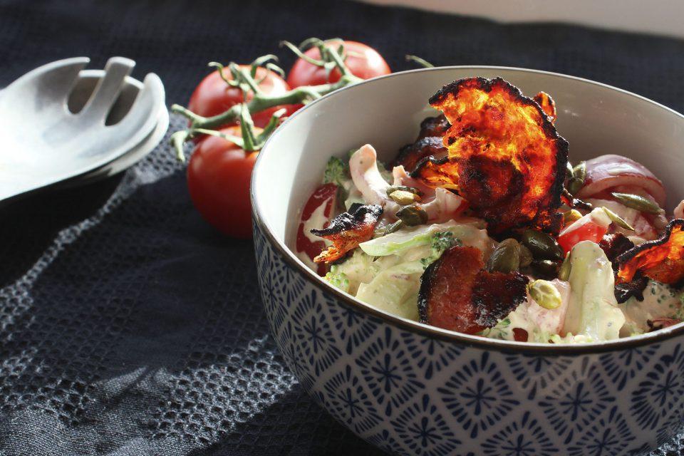 Spicy broccolisalat med tomat og chorizo