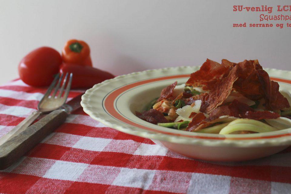 Squashpasta med serrano og tomat