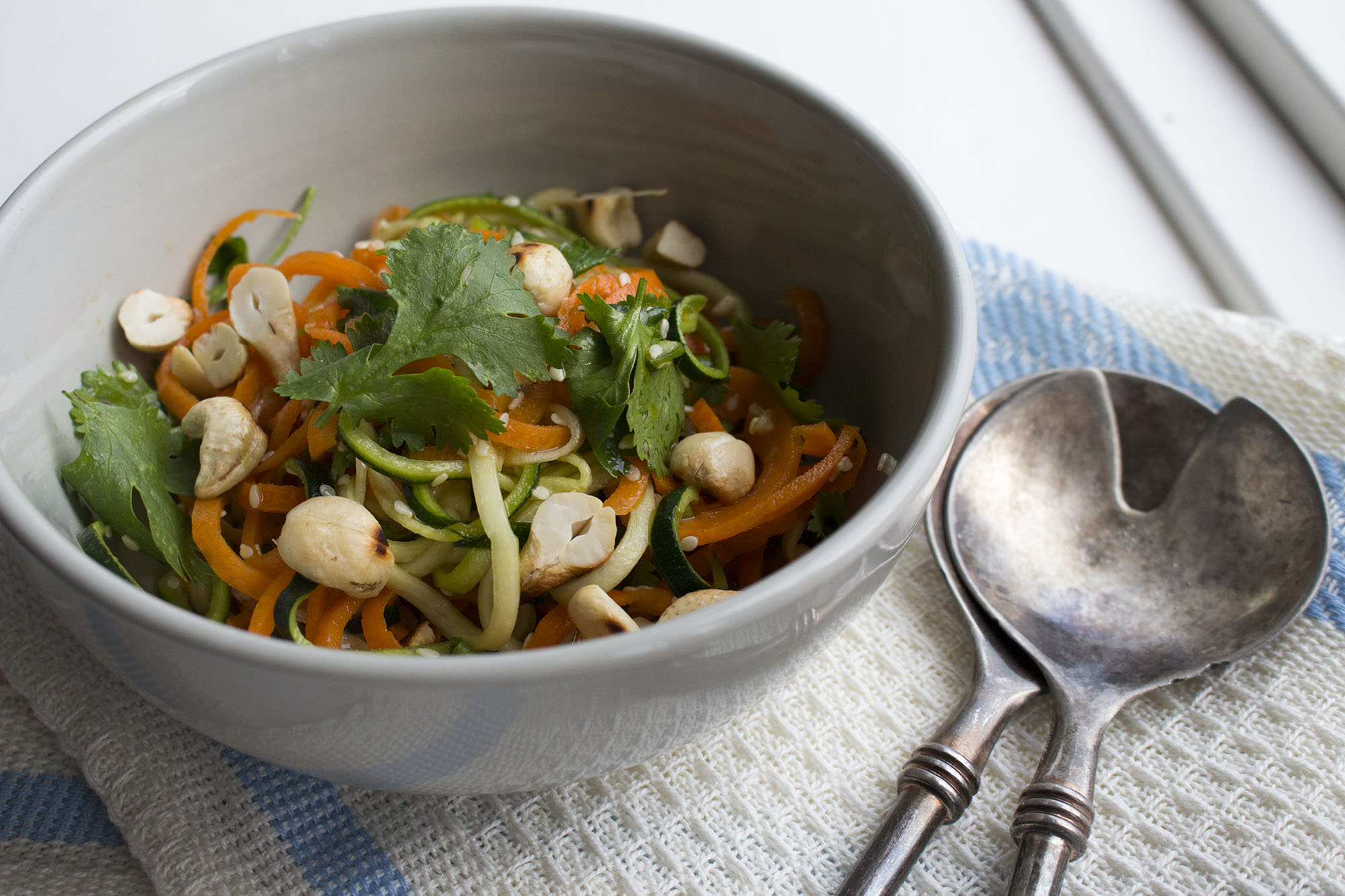 Asiatisk inspireret salat med gulerod og squashstrimler