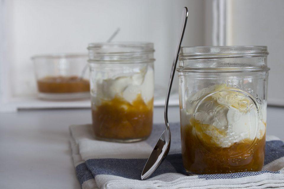 Græsk yoghurt med sukkerfri abrikoskompot