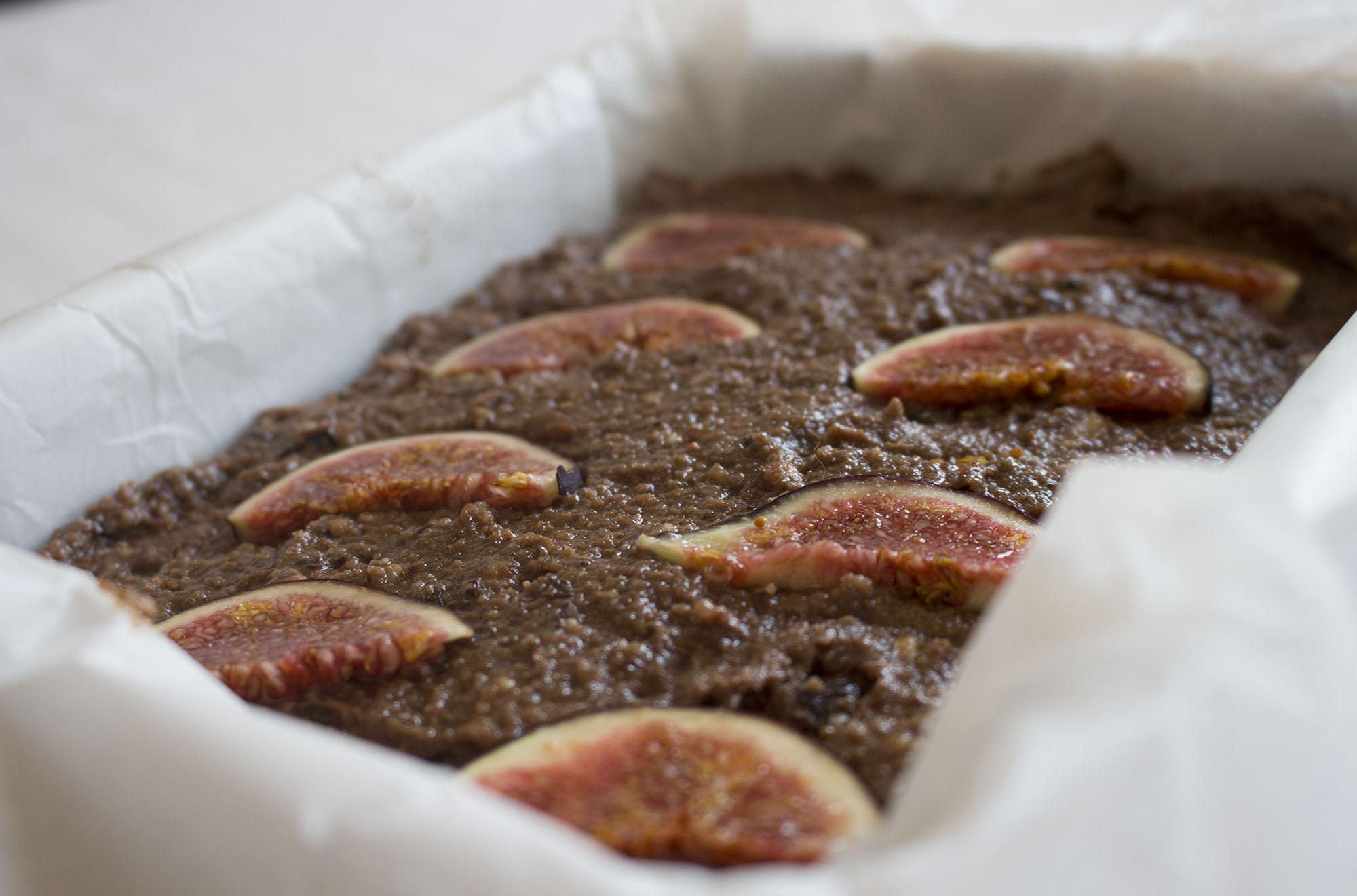 Chokoladekage med banan, figen og nødder
