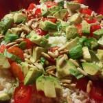 Blomkålscouscous med tomat, avocado og pinjekerner