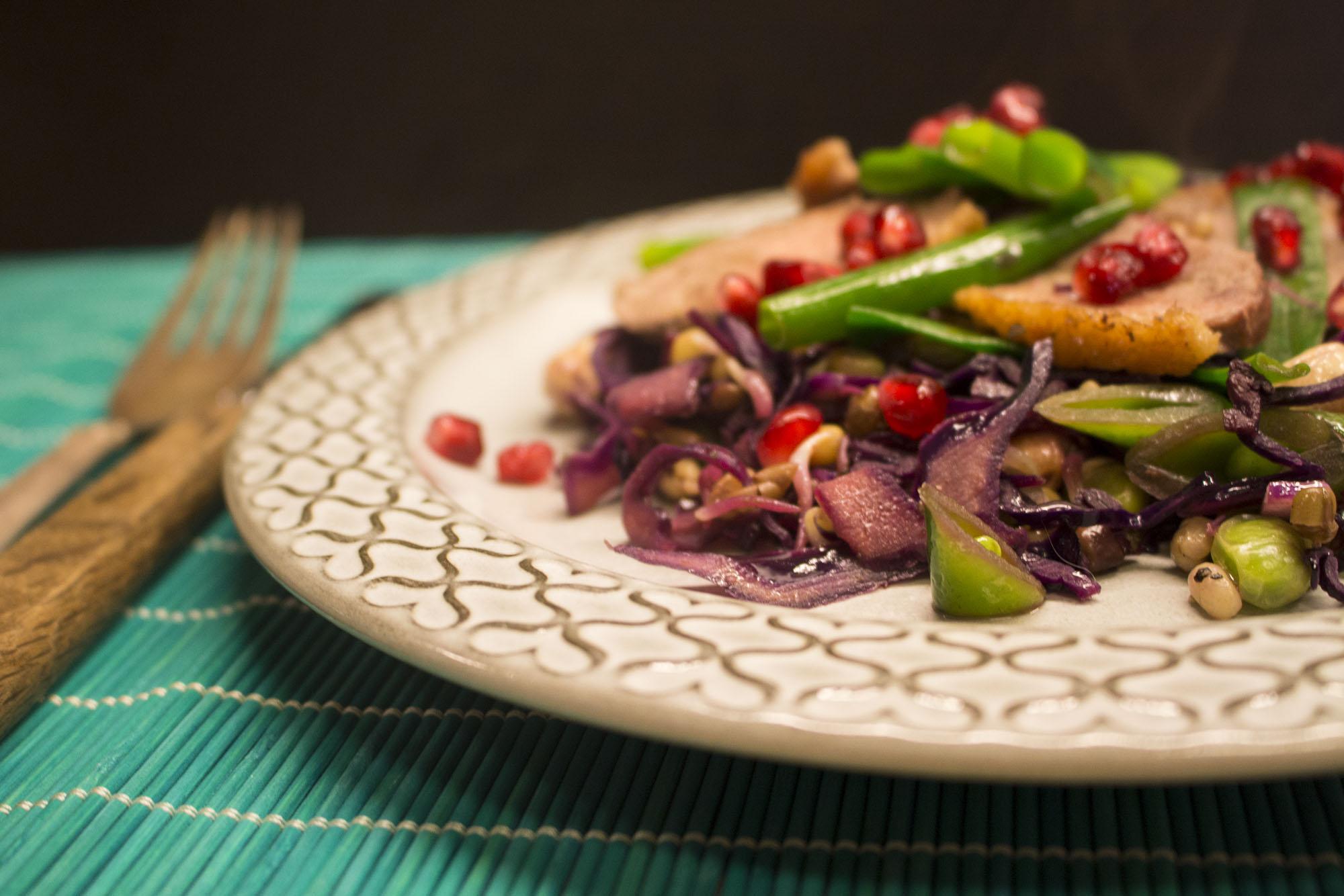 Asiatisk inspireret and med rødkål og cashewnødder