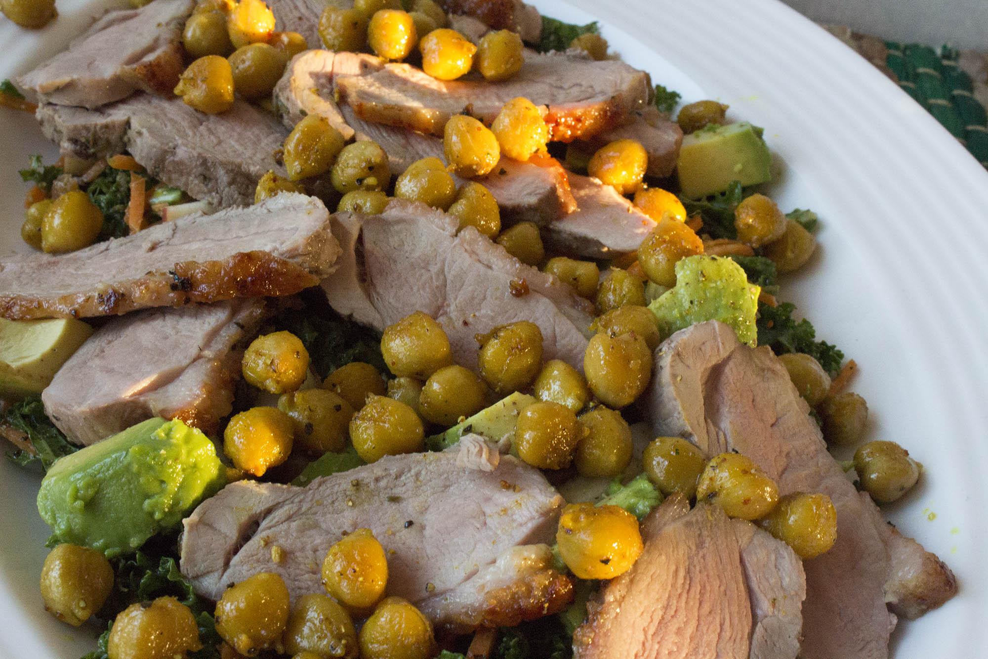 Andebryst i salat med karrykikærter