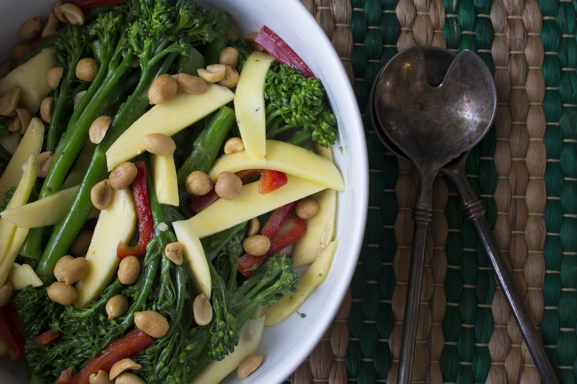Broccolisalat med mango og tahin