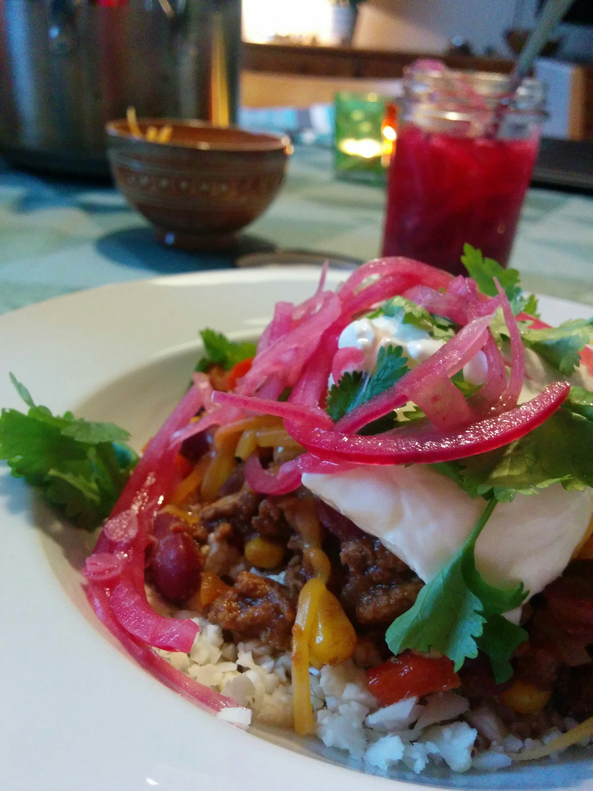 Syltede rødløg på chili con carne