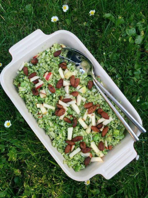 Broccolicouscous med æble og tamaristegte mandler