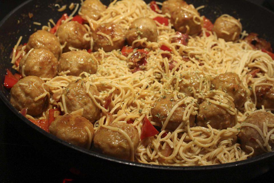 Nem hverdagsmad: Bønnepasta med kyllingekødboller i rød peber-sovs