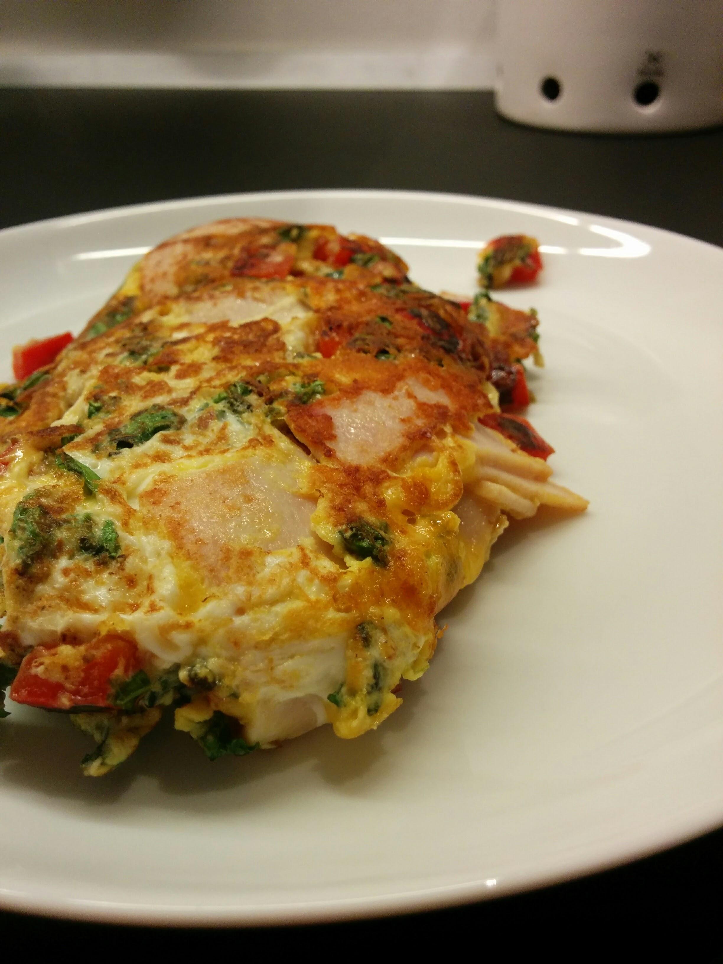 Morgenomelet med grønkål og rød peber