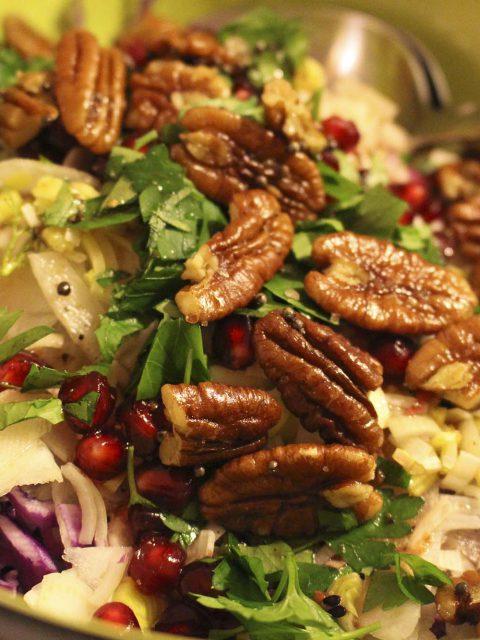Rød spidskålssalat med fennikel og sennepsristede pecannødder