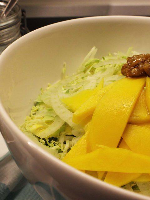 Rosenkålssalat med fennikel og mango