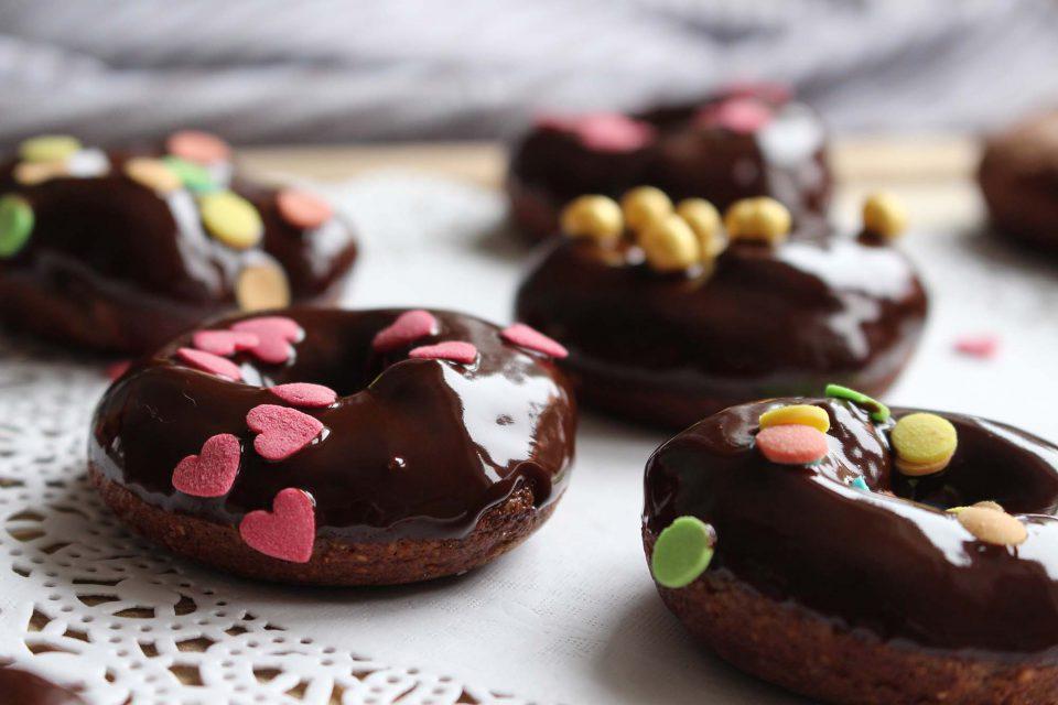Artige chokoladedoughnuts med uartig chokoladefrosting