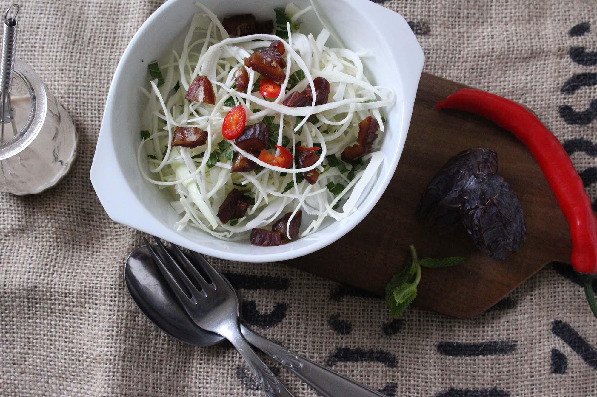 Hvidkålssalat med dadler chili og mynte