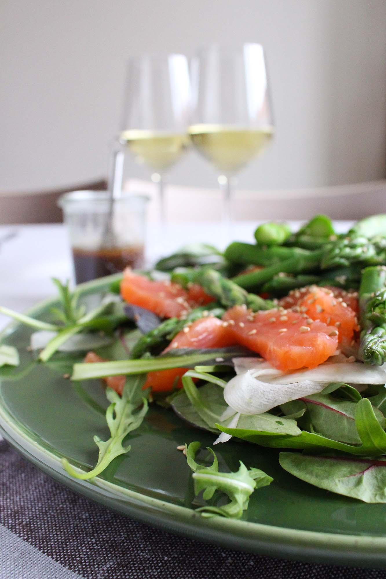 Salat med laks og misodressing