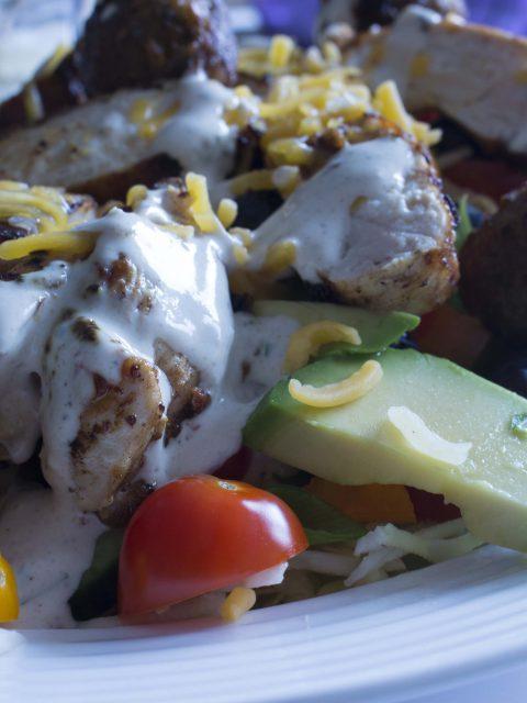 Salat med kylling og falafler