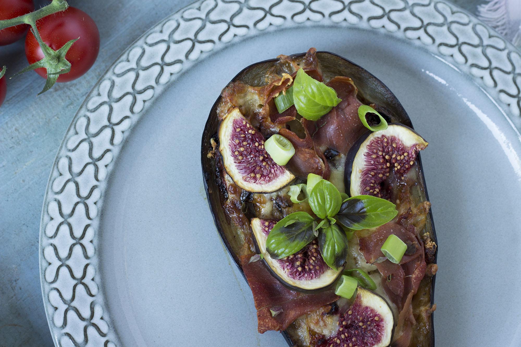 Auberginepizza med figner og serranoskinke