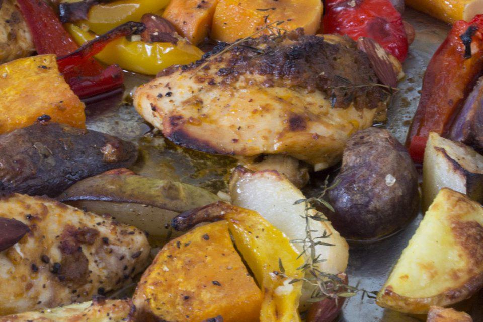 efterårsfad med bacon, kylling og rød pesto