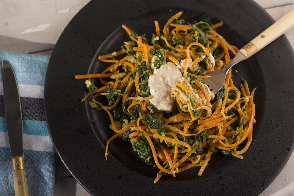Gulerodspasta med spinat og cashewsauce