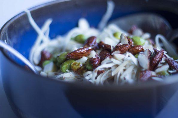 Hvidkålssalat med gomadressing, chilistegte edamamebønner og teriyakimandler