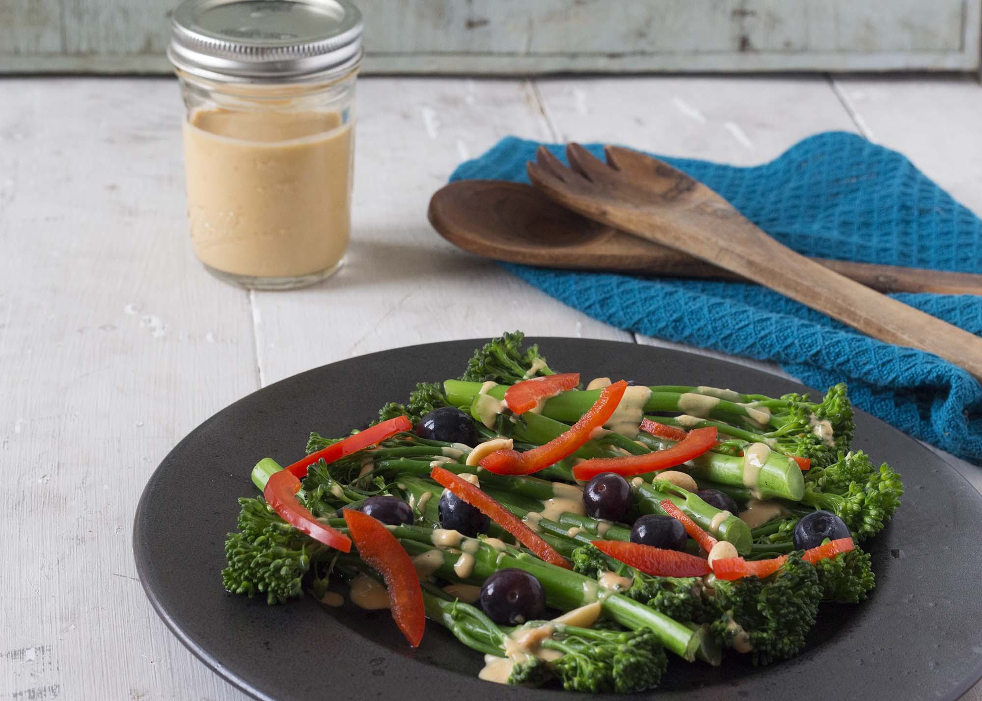 Broccolisalat med peanutdressing
