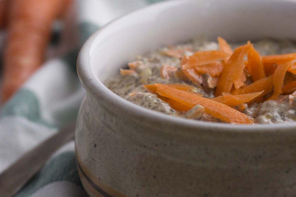 Chiagrød der smager af gulerodskage