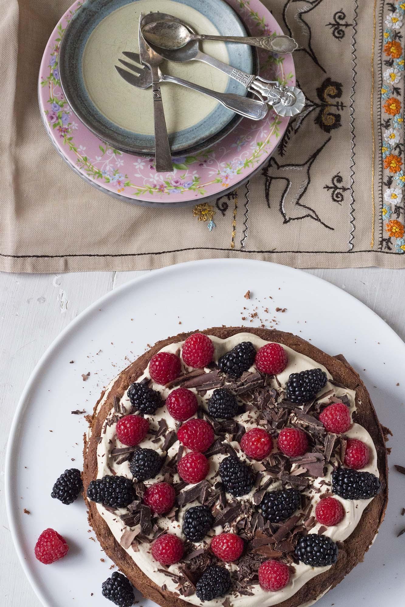 Chokoladekage med baileysskum og sommerbær