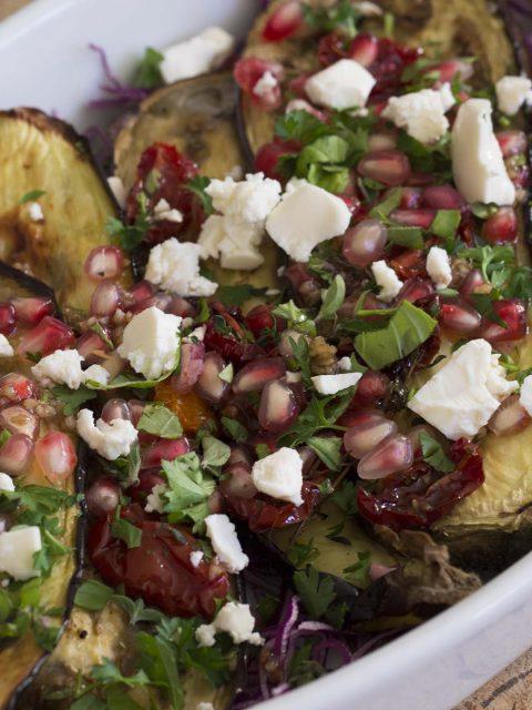 Auberginesalat med langtidsbagte tomater og granatæble