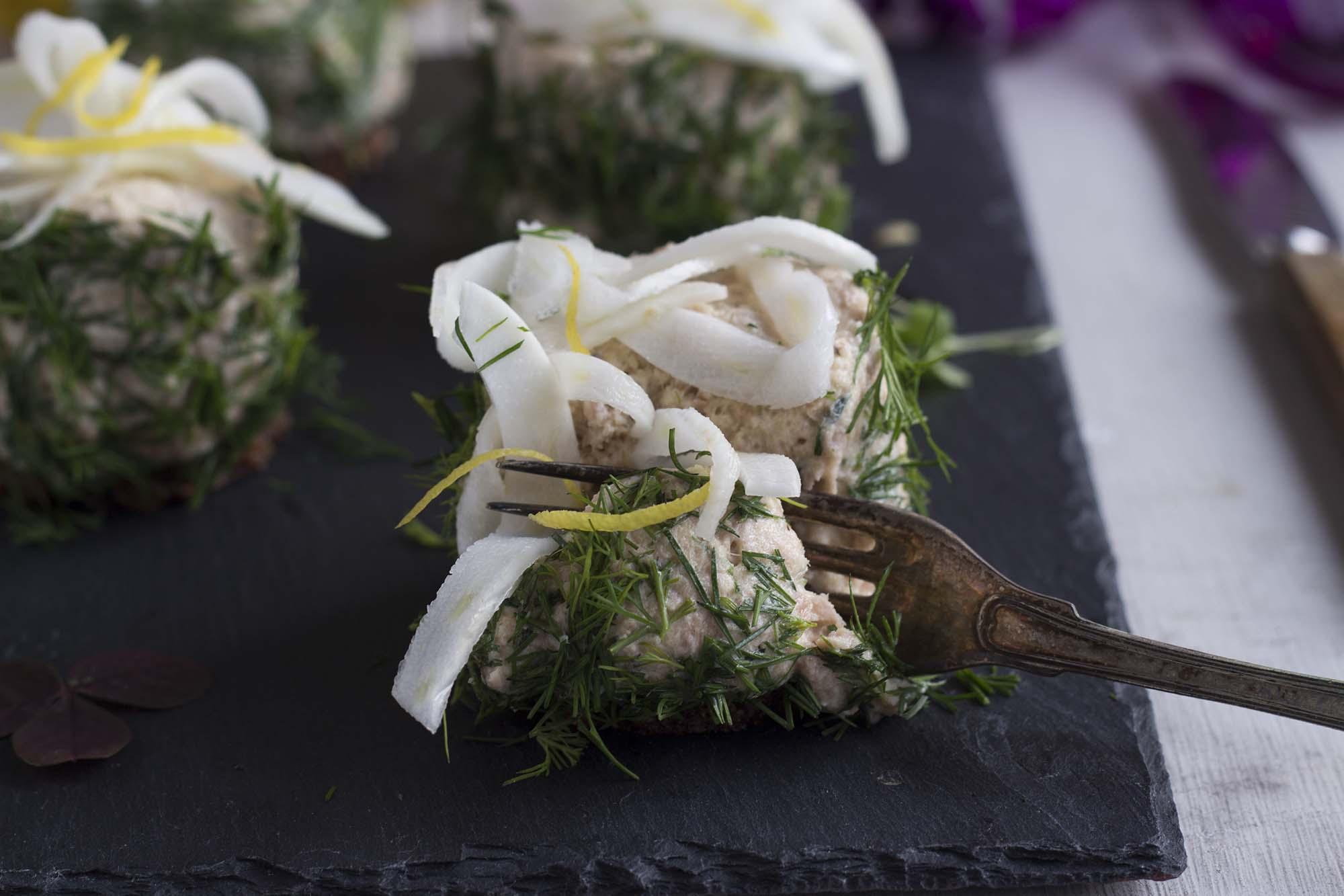 Nytårsforret_ Tunmousse med dild, råmarineret fennikel og ristet rugbrød