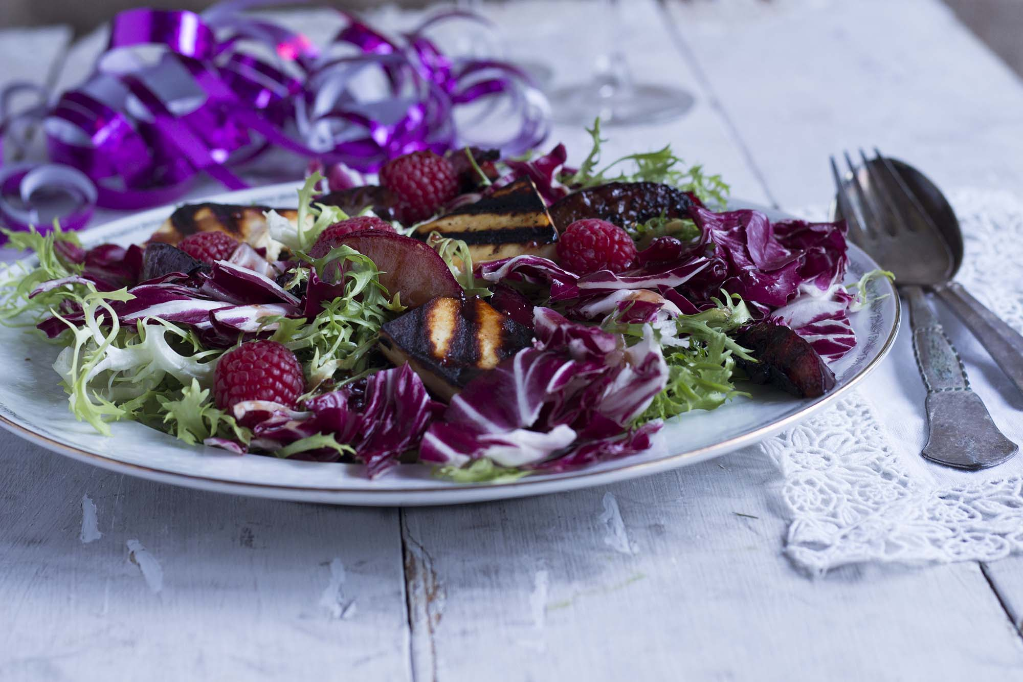 Nytårssalat_bitre salater med grillede blommer