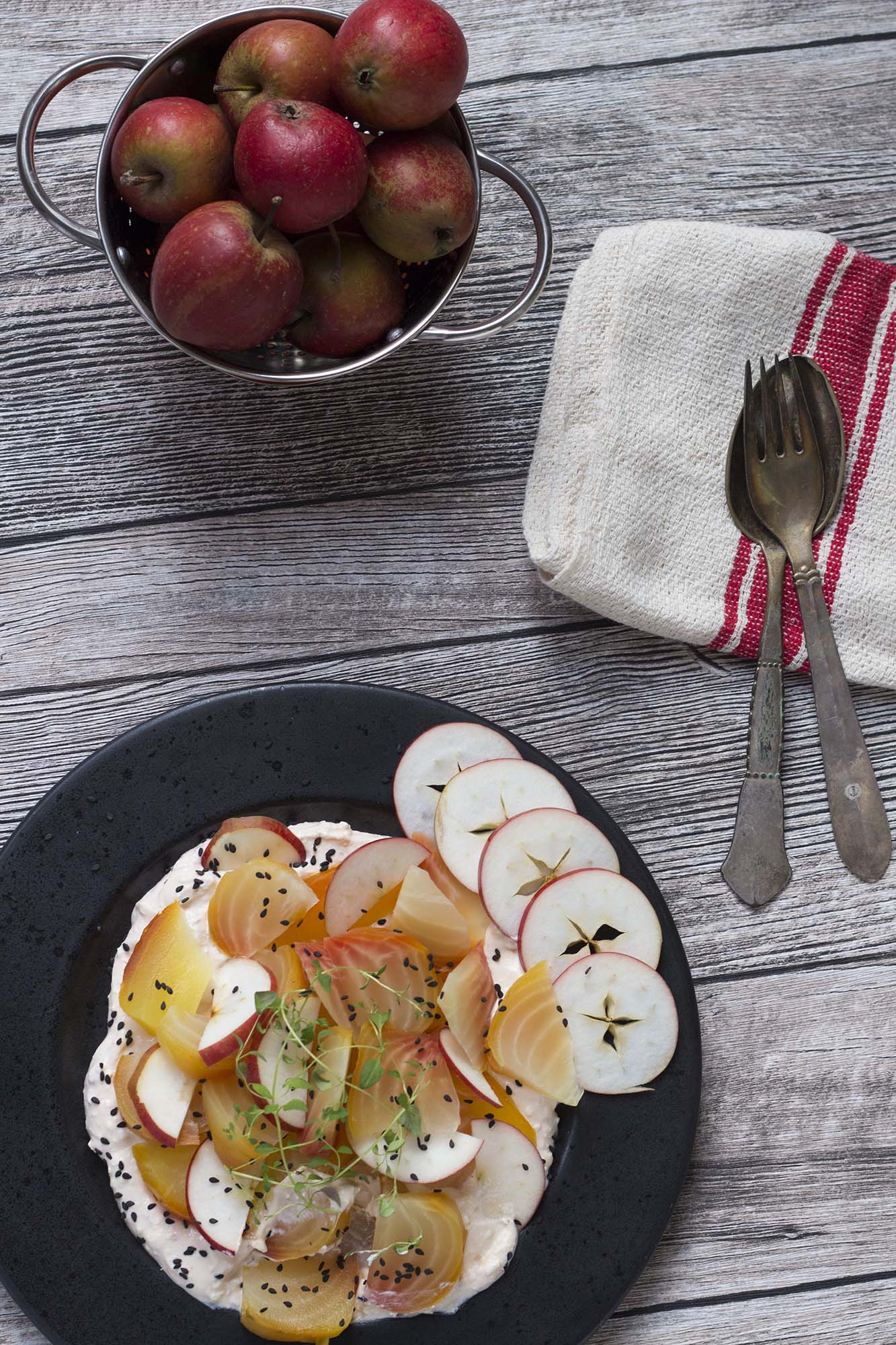 Bagte rødbeder med fetacreme og æble