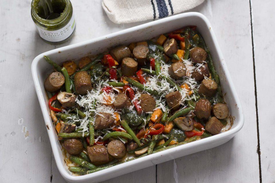 Pølsefad med grøntsager og pesto