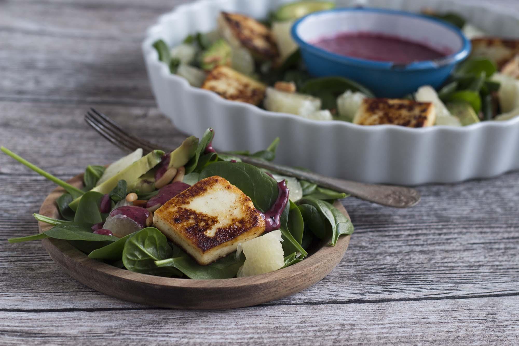 Spinatsalat med pomelo og blåbærdressing