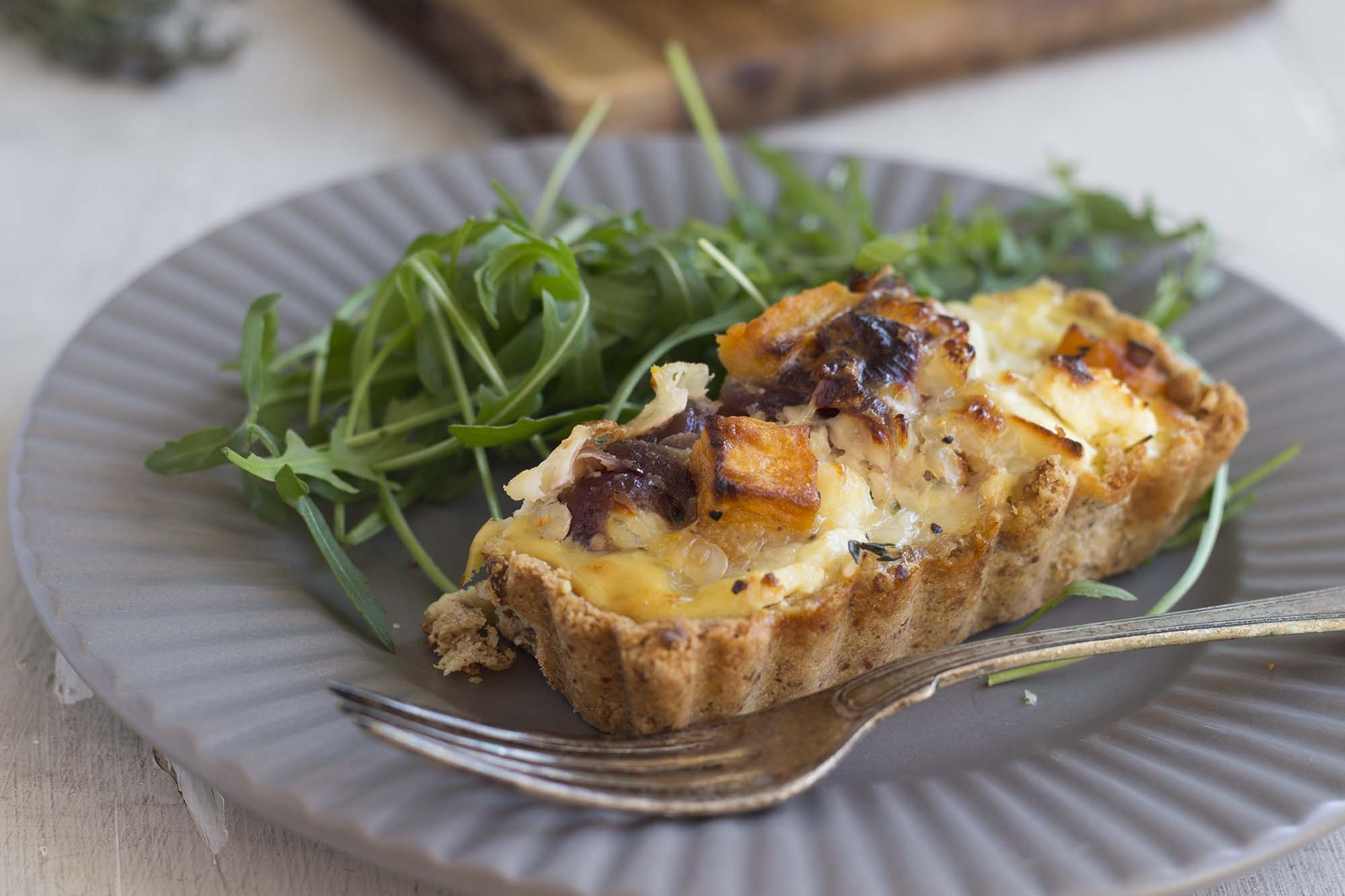 Sweet potato tærte med feta og karamelliserede rødløg