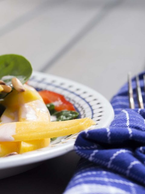 Spinatsalat med mango og kirsebær-mormordressing