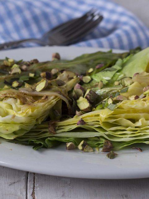 Smørstegt spidskål med pistacienødder og citron